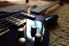 Gitarrrader på en ställning Arkivbild