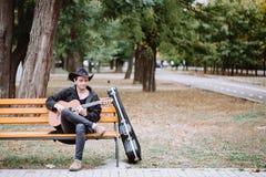 Gitarrspelare i delen Arkivfoto