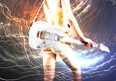 Gitarrspelare med den vita elektriska gitarren Royaltyfri Bild