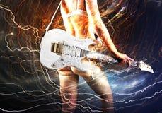 Gitarrspelare med den vita elektriska gitarren Royaltyfria Foton