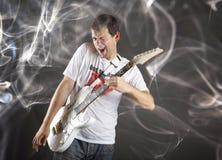 Gitarrspelare med den vita elektriska gitarren Arkivfoton