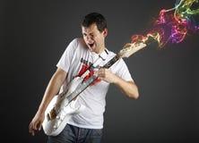 Gitarrspelare med den vita elektriska gitarren Fotografering för Bildbyråer