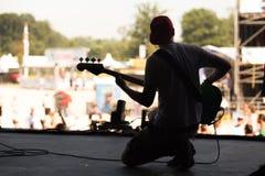Gitarrspelare på en festival Arkivfoton