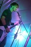 Gitarrspelare som direkt sjunger i konsert Arkivbild