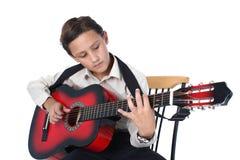 Gitarrspelare som lär lek på en vit bakgrund Royaltyfri Fotografi