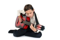 Gitarrspelare som lär på en vit bakgrund Royaltyfri Fotografi