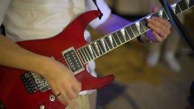 Gitarrspelare som spelar på partiet arkivfilmer