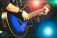 Gitarrspelare under en show Arkivfoton
