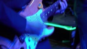 Gitarrspelaren är mycket aktiv på etapp med hans rockband lager videofilmer