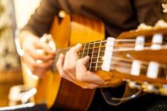 gitary akustycznej bawić się Obrazy Stock