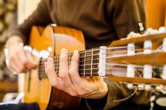 gitary akustycznej bawić się Fotografia Stock