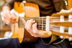 gitary akustycznej bawić się Zdjęcia Stock