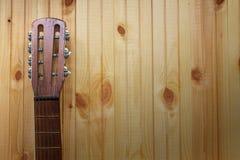 Gitary akustycznej headstock przeciw drewnianemu tłu Zdjęcia Royalty Free