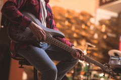 gitary basowej jego gry young Obrazy Stock