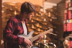 gitary basowej jego gry young Zdjęcia Royalty Free