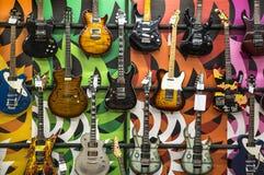Gitary elektrycznej ekspozycja w sklepie zdjęcia stock