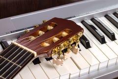 Gitary headstock na fortepianowej klawiaturze Zdjęcia Royalty Free