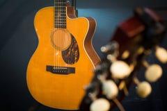Gitary headstock z nastrajanie czopami wyszczególnia makro- strzał z klasykiem fotografia royalty free