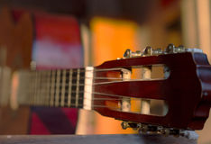 Gitary headstock, zamyka up, z bardzo płytką głębią pole Zdjęcia Royalty Free