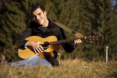 gitary mężczyzna bawić się Zdjęcia Royalty Free