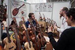 Gitary przy Milano gitarami Poza 2013 w Mediolan &,  Obrazy Royalty Free