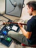 Gitarzysta ćwiczy w próby studiu fotografia stock