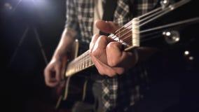 Gitarzysta bawić się gitarę Fretboard zbliżenie zdjęcie wideo