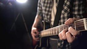 Gitarzysta bawić się gitarę Fretboard zbliżenie zbiory
