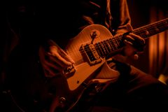 Gitarzysta bawić się gitarę przy koncertem obrazy royalty free