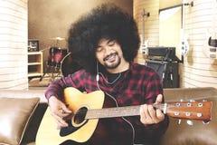 Gitarzysta bawić się gitarę w muzycznym studiu Obrazy Stock
