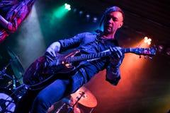 Gitarzysta bawić się na gitarze elektrycznej zdjęcie royalty free