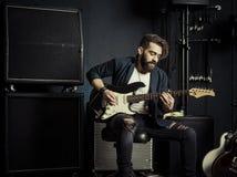 Gitarzysta bawić się w muzycznym studiu fotografia stock
