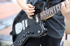 Gitarzysta bawi? si? gitar? w g?r? gitary, na zdjęcia royalty free