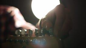 Gitarzysta konfiguruje electro gitarę przed koncertem zbiory wideo