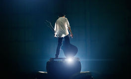 Gitarzysta na scenie bawić się z wielki elektrycznym Zdjęcia Royalty Free
