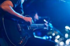 Gitarzysta na scenie dla tła, miękkiej części i plamy pojęcia, Obraz Royalty Free