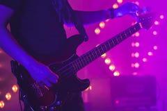 Gitarzysta nastraja elektryczną basową gitarę zdjęcie stock