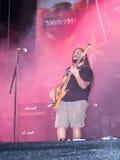 Gitarzysta od muzykalnej grupy wykonuje na scenie przy tradycyjnym rocznym piwnym festiwalem w Haifa, Izrael Fotografia Stock
