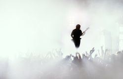 Gitarzysta przy rockowym koncertem Obraz Royalty Free