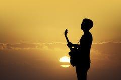 Gitarzysta przy zmierzchem ilustracji