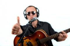 Gitarzysta przygotowywa dla rejestru Fotografia Stock