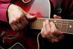 Gitarzysta ręki i gitary zamknięty up obrazy royalty free