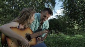 Gitarzysta uczy dziewczyny bawić się gitarę zbiory wideo