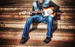 Gitarzysta z kolorową gitarą w hdr Obraz Royalty Free
