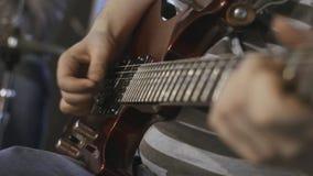 Gitarzysty bawić się Zakończenie armada zdjęcie wideo
