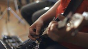 Gitarzysty bawić się Zakończenie armada zbiory wideo