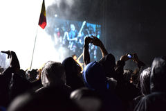 Gitarzysty tłumu surfing podczas koncerta Obrazy Stock