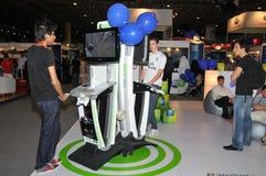 GITEX 2009 - Crianças que pagam Xbox 360 novo Foto de Stock Royalty Free