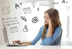 Gitl adolescente con el ordenador portátil en casa Fotos de archivo