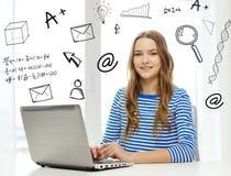 Gitl adolescente sorridente con il computer portatile a casa Immagini Stock